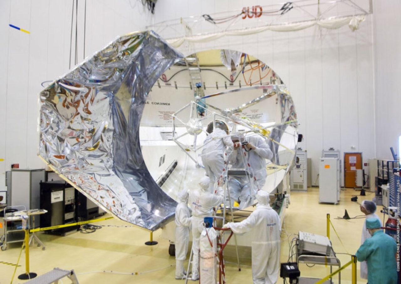 Das Herschel-Teleskop verfolgte zwei Hauptziele: Infrarot-Astronomie, vor allem hinsichtlich der Entstehung von Sternen und Galaxien, und die Analyse der chemischen Zusammensetzung der Weltraumatmosphäre.