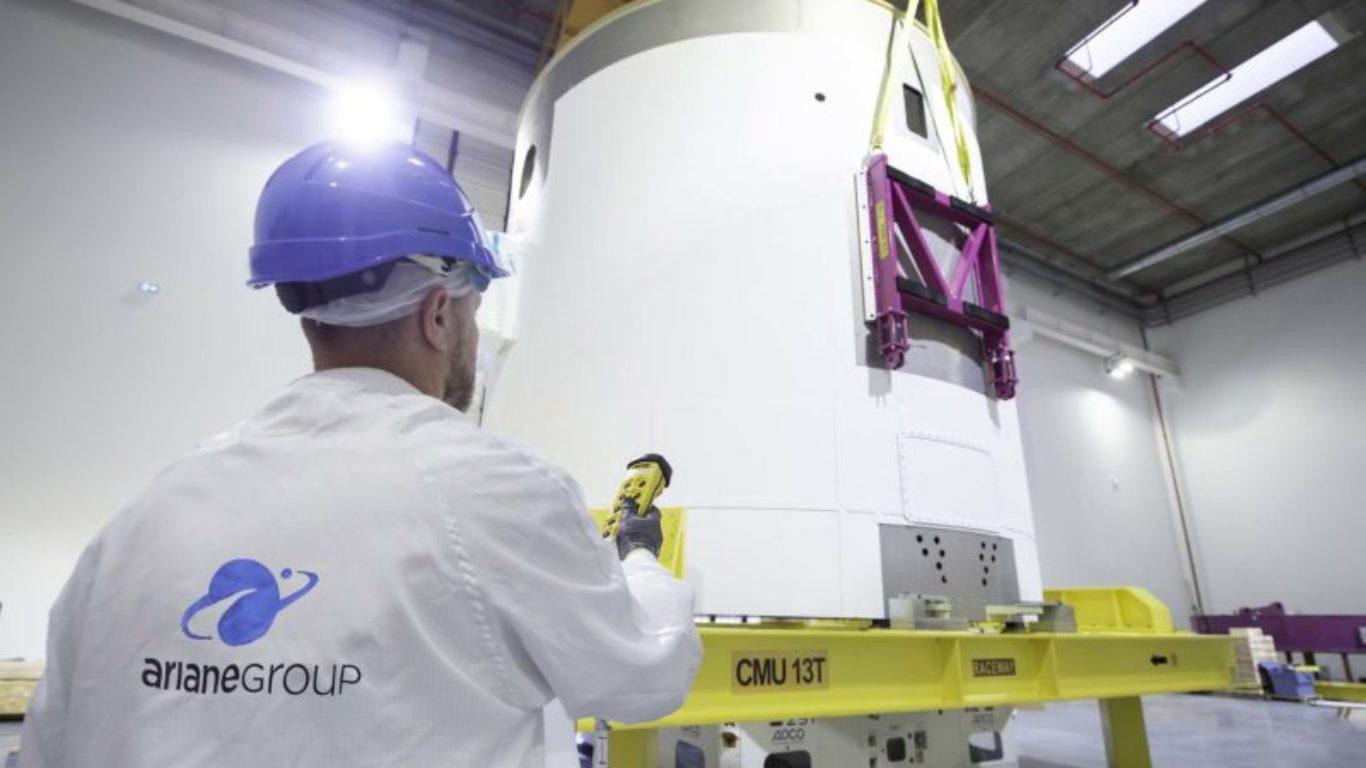Ankunft des VuAB-Triebwerksträgers für das erste Flugtriebwerk der Ariane 6 in Les Mureaux
