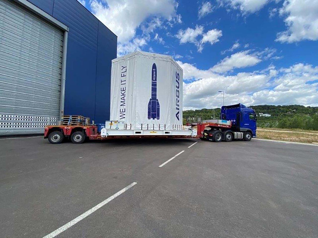 Der Container wurde in den Eingangsbereich der Integrationshalle für die Hauptstufe der Ariane 6 gebracht.
