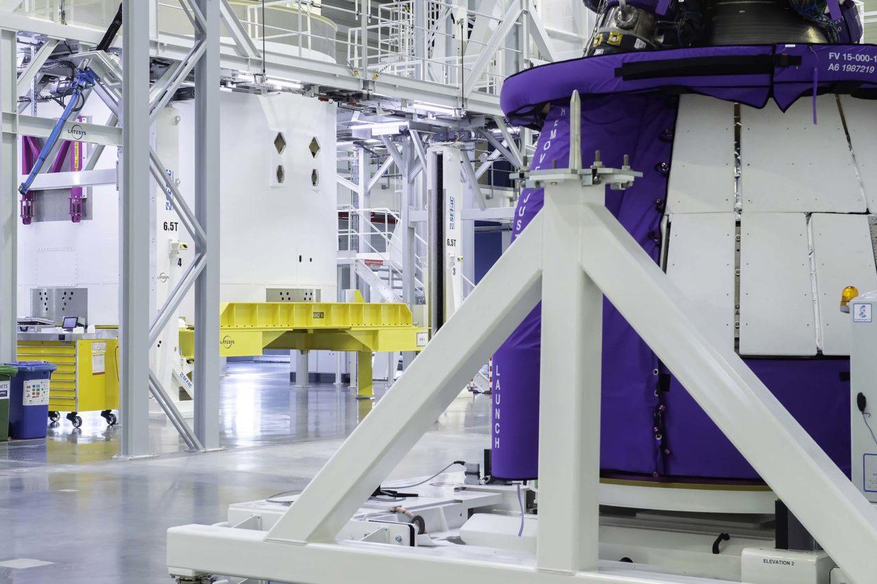 Es folgt die Integration seiner mechanischen, strömungstechnischen und elektrischen Ausrüstung und danach die Integration des ersten kryogenen Flugtriebwerks Vulcain®2.1. Es ist identisch zu dem auf diesem Foto gezeigten Modell, das in die Hauptstufe für die kombinierten Tests integriert wird.
