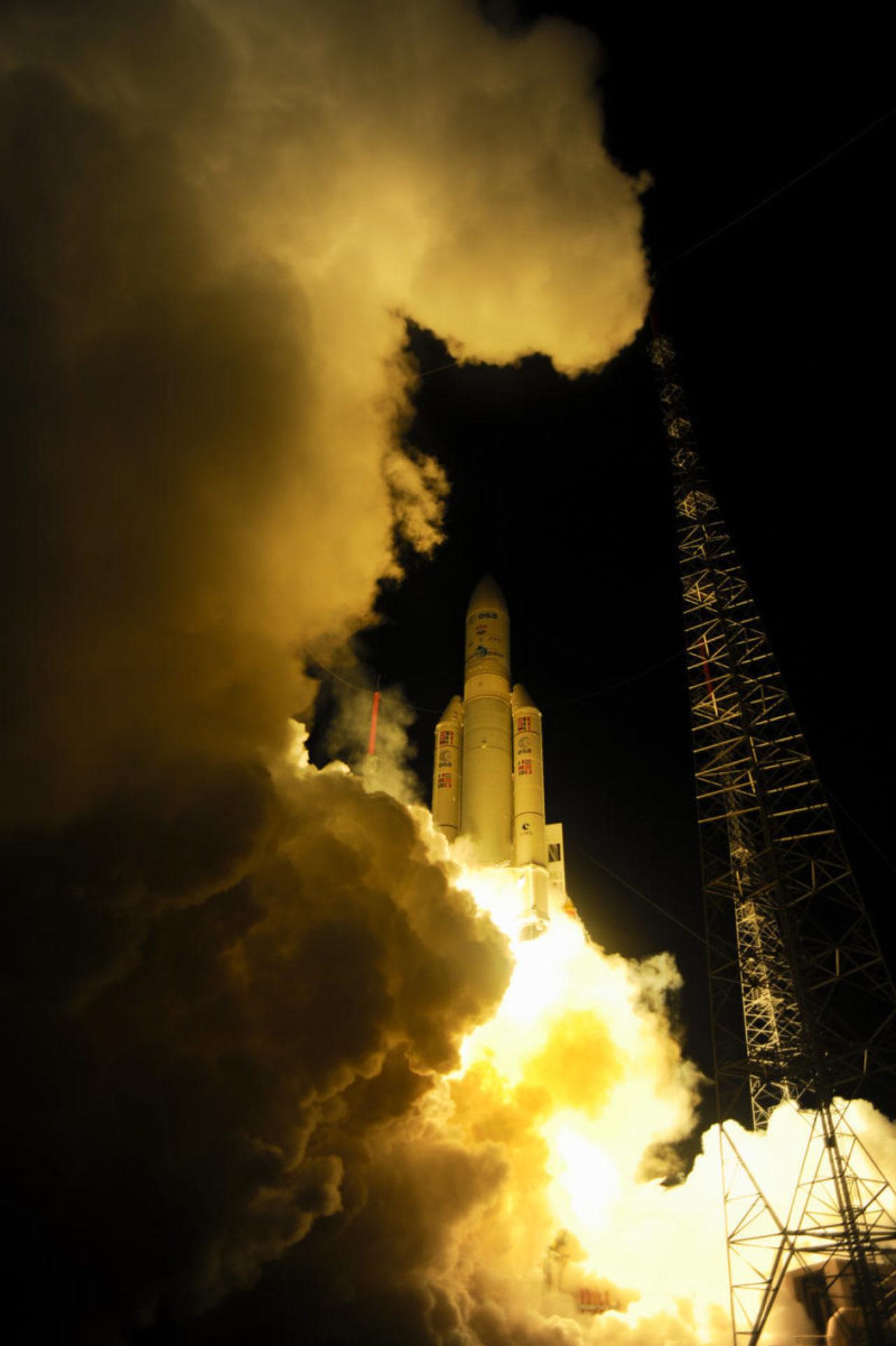 """Am 5. Juni 2013 wurde das 20,2 Tonnen schwere ATV-4 """"Albert Einstein"""" von einer modifizierten Version der Trägerrakete Ariane 5 auf seinen Weg in Richtung der Internationalen Raumstation ISS gebracht. © ESA–S. Corvaja, 2013"""