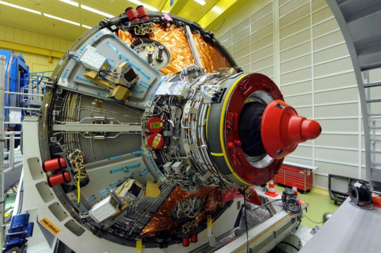 Die ATV-Raumfrachter versorgten die Besatzung der ISS mit Treibstoff, Nahrung, Wasser und Verbrauchsgütern. Am Ende ihrer Missionen wurden die ATV mit Abfälle beladen und nach dem Abdocken von der ISS kontrolliert in der Erdatmosphäre verglüht. © ESA–CNES–Arianespace Optique Video CSG