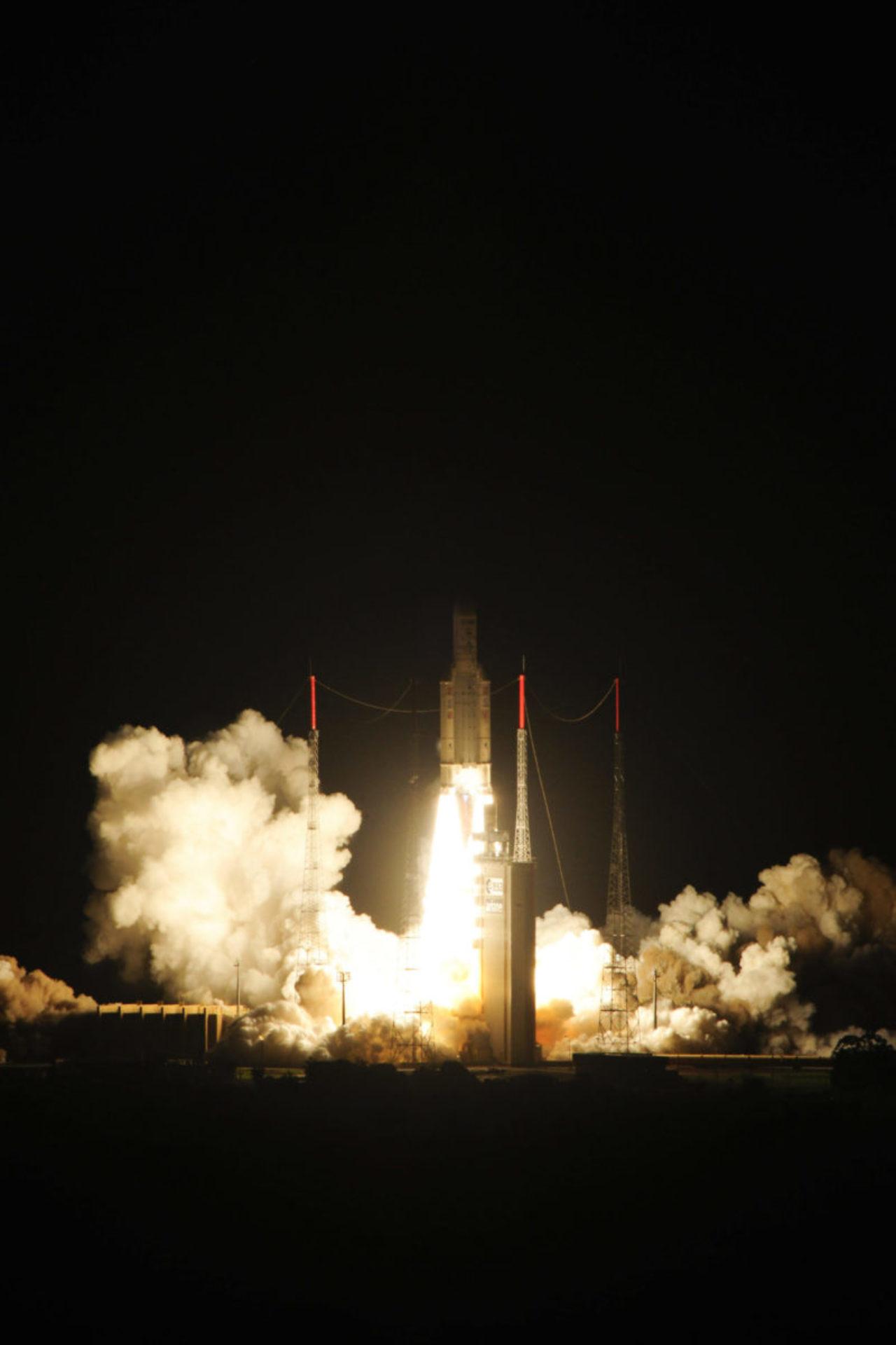Dazu bedurfte es einer modifizierten Ariane-5-Version: Ariane 5 ES. Diese verstärkte Version bietet eine wiederzündbare Oberstufe (Aestus-Triebwerk). © ESA–S. Corvaja, 2013